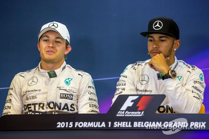 (Kiri ke Kanan): Nico Rosberg, Mercedes AMG F1 dengan team mate Lewis Hamilton, Mercedes AMG F1 dala