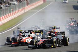 Stoffel Vandoorne, ART Grand Prix voor Oliver Rowland, MP Motorsport en de rest van het veld bij de start