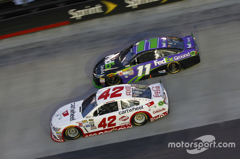Kyle Larson, Chip Ganassi Racing Chevrolet and Denny Hamlin, Joe Gibbs Racing Toyota