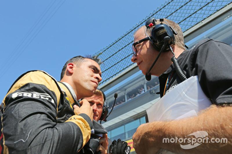 (Kiri ke Kanan): Pastor Maldonado, Lotus F1 Team di grid dengan Mark Slade, Lotus F1 Team Race Engineer