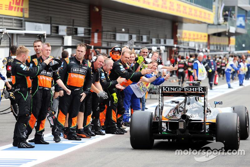 Sergio Perez, Sahara Force India F1 VJM08 is congratulated by tim di akhir race