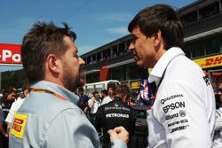 Пол Хембри, директор спортивного подразделения Pirelli и Тото Вольф, Mercedes AMG F1