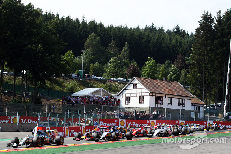 Lewis Hamilton, Mercedes AMG F1 W06 memimpin di start of the race