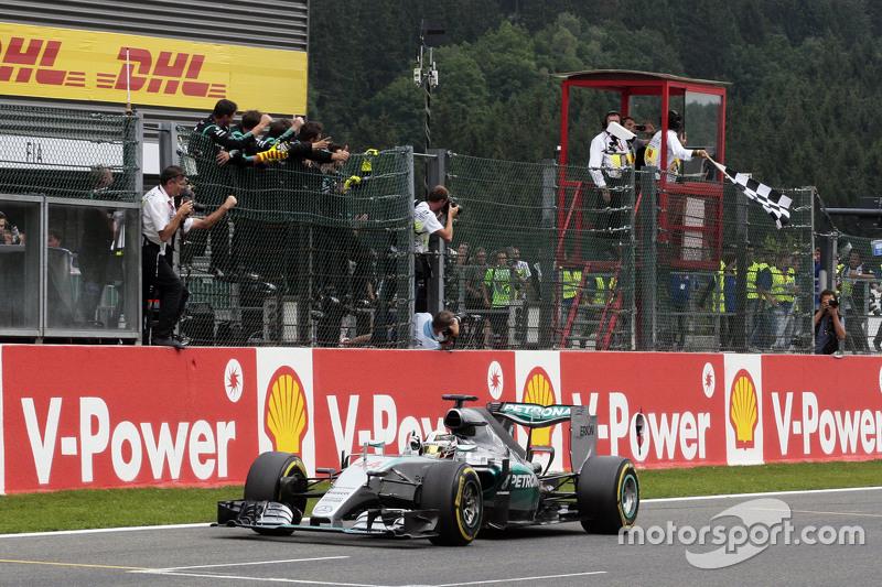 Juara balapan Lewis Hamilton, Mercedes AMG F1 W06 merayakans as he takes the chequered flag di end o
