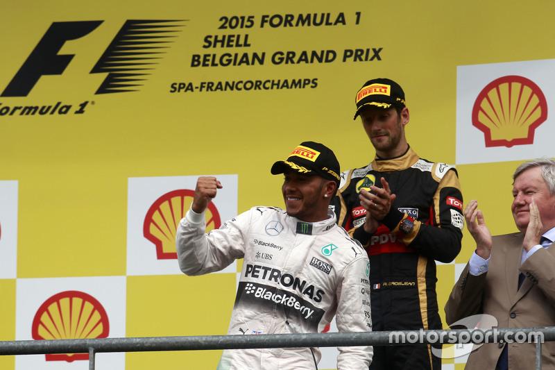 Juara balapan Lewis Hamilton, Mercedes AMG F1 merayakans di podium