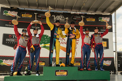 Podio: ganadores de carreras # 13 Ron Bum Racing Porsche 911: Matt Plumb, Hugh Plumb, el segundo pue