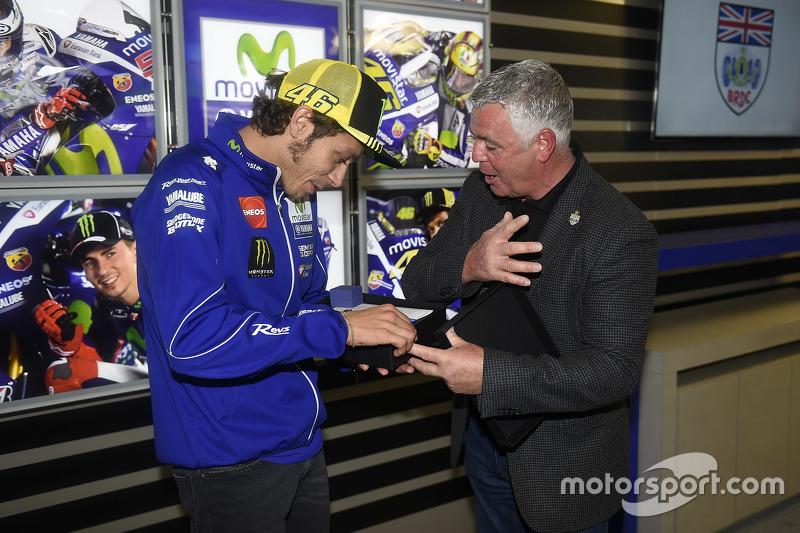 Valentino Rossi, Yamaha Factory Racing menerima penghargaan keanggotaan BRDC dari presiden Derek War
