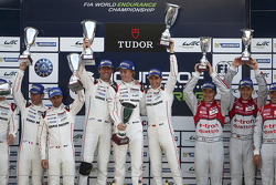 Podio: ganadores Timo Bernhard, Mark Webber, Brendon Hartley, Porsche del equipo, el segundo lugar R
