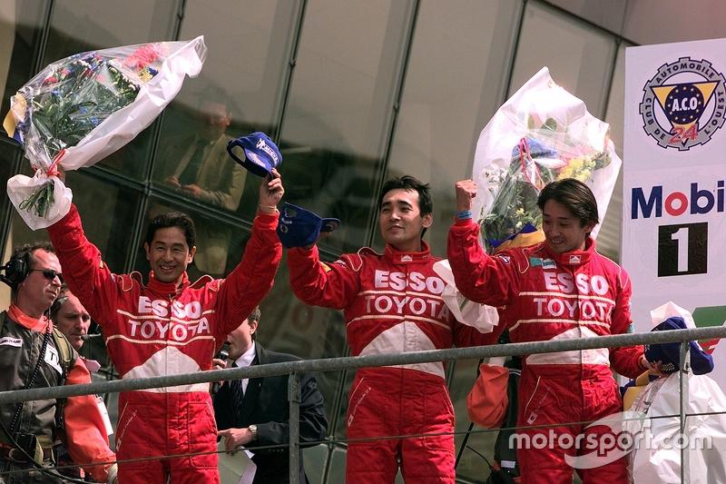 Podio: segundo lugar Ukyo Katayama, Keiichi Tsuchiya, Toshio Suzuki
