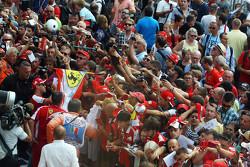 Sebastian Vettel, Ferrari signeert handtekeningen voor de fans