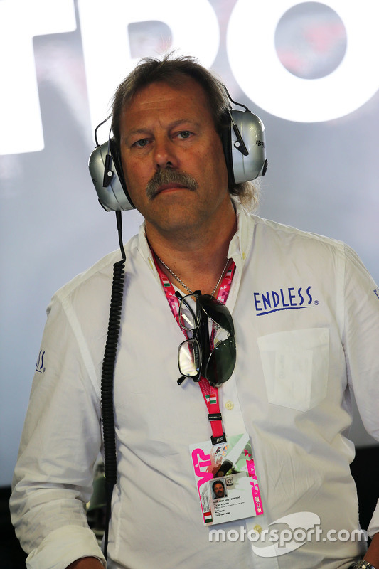 Lucas Nylund, Endless Brake Technology Europe Manager в Mercedes AMG F1 pit garage