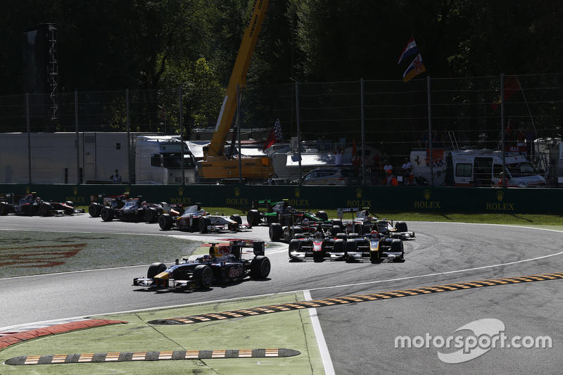Pierre Gasly, DAMS leads Alex Lynn, DAMS and Stoffel Vandoorne, ART Grand Prix at the start