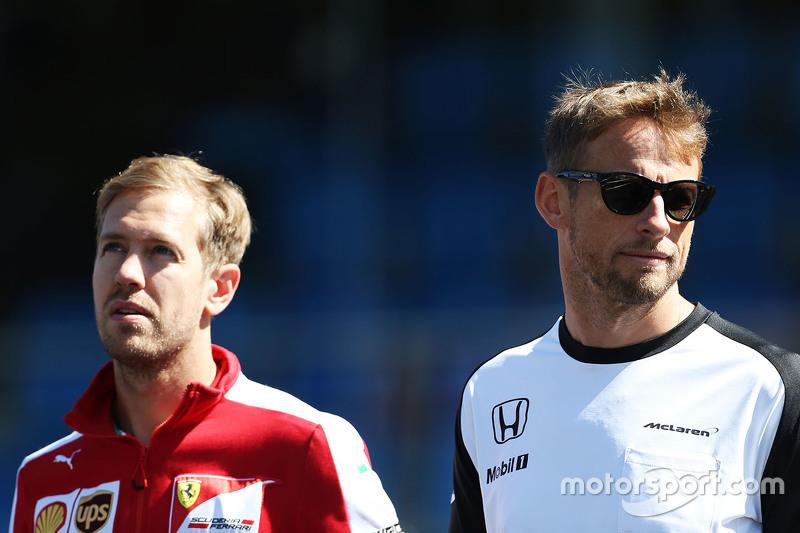 Sebastian Vettel, Ferrari, und Jenson Button, McLaren, bei der Schweigeminute für Justin Wilson