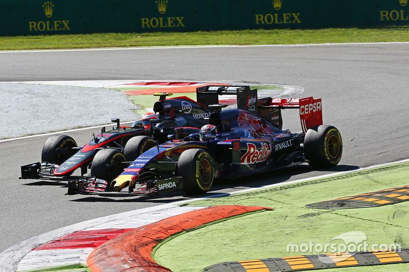 Max Verstappen, Scuderia Toro Rosso STR10, und Jenson Button, McLaren MP4-30, im Zweikampf