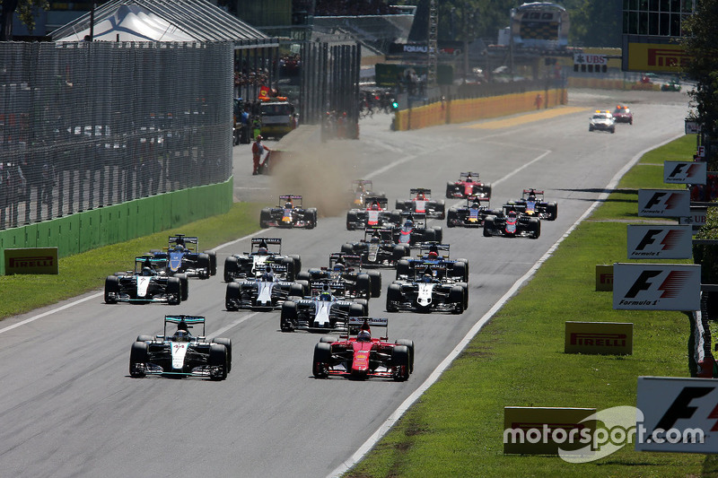 Lewis Hamilton, Mercedes AMG F1 W06, und Sebastian Vettel, Ferrari SF15-T, beim Start