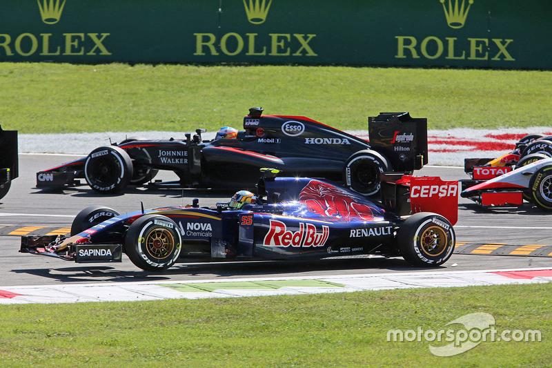 Карлос Сайнс мол., Scuderia Toro Rosso STR10 широко заїхав на початку гонки