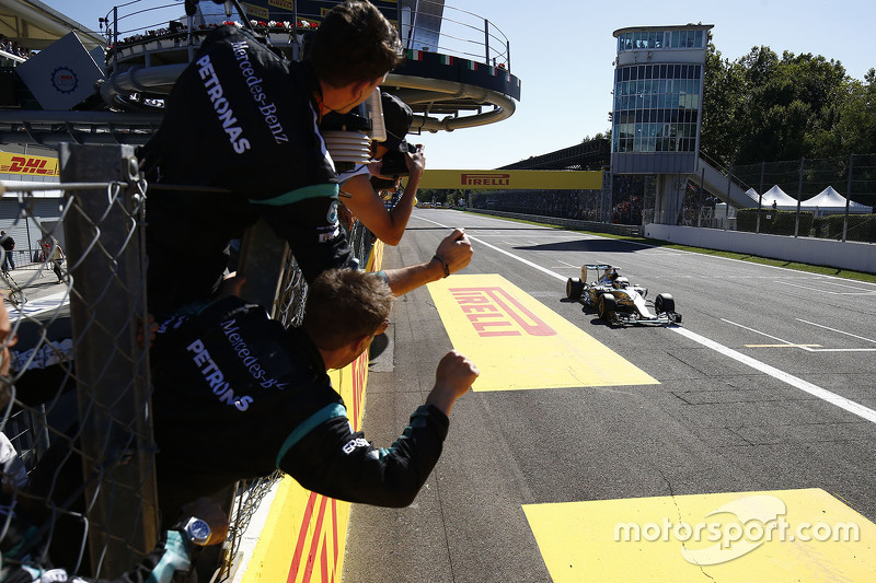 Lewis Hamilton, Mercedes AMG F1 W06, mit dem Sieg