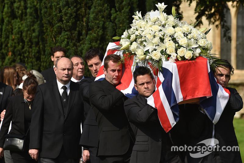 Марк Веббер та Даріо Франкітті допомогають нести труну Джастіна Вілсона