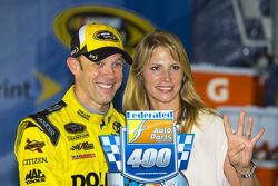 Race winner Matt Kenseth, Joe Gibbs Racing Toyota with wife Katie
