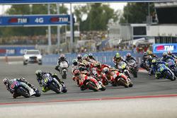 Partenza: JOrge Lorenzo, Yamaha Farctory Racing in testa