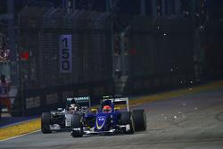 Маркус Эрикссон, Sauber C34 проходит Льюиса Хэмилтона, Mercedes AMG F1 W06