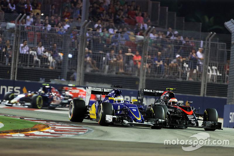 Marcus Ericsson, Sauber C34, und Jenson Button, McLaren MP4-30, im Zweikampf