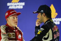 Kimi Räikkönen, Ferrari, und Daniel Ricciardo, Red Bull Racing, auf dem Podium
