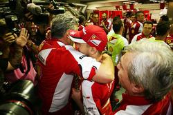Победитель гонки - Себастьян Феттель, Ferrari празднует с Маурицио Арривабене, руководителем команды