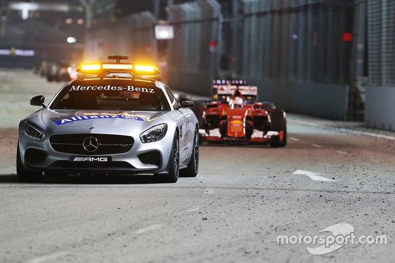 Sebastian Vettel, Ferrari SF15-T, führt hinter dem FIA Safety-Car