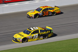 Carl Edwards, Joe Gibbs Racing Toyota; David Gilliland, Front Row Motorsports Ford