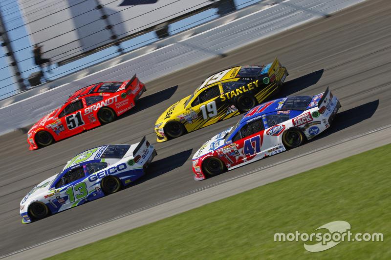 Casey Mears, Germain Racing Chevrolet; Justin Allgaier, HScott Motorsports Chevrolet; Carl Edwards,