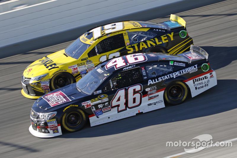Michael Annett, HScott Motorsports Chevrolet ve Carl Edwards, Joe Gibbs Racing Toyota