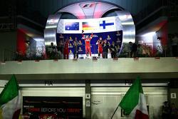 Podio: ganador de la carrera, Sebastian Vettel, de Ferrari, el segundo lugar Daniel Ricciardo, de Re