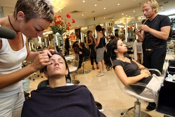 Formula Unas girls visit a beauty salon: Estefania Bejarano and Mina Zakipour