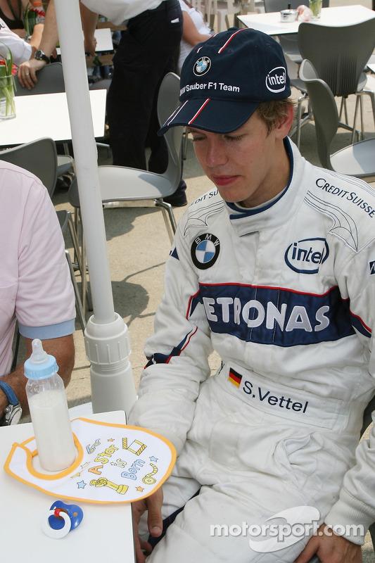 Себастьян Феттель, тест-пілот, BMW Sauber F1 Team, отримав слюнявчика
