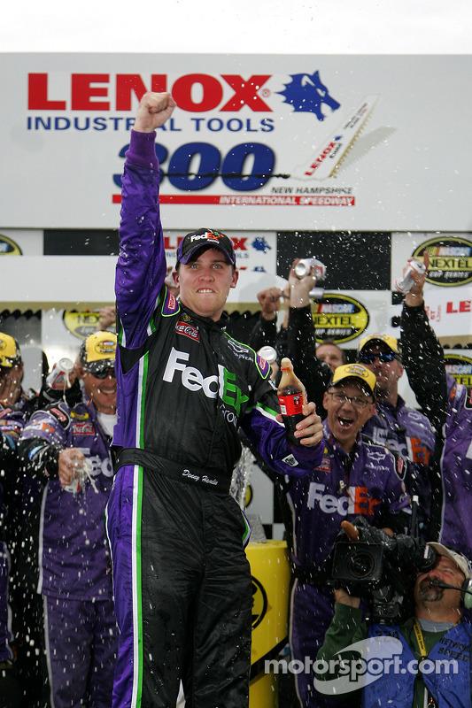 Voie de la victoire: le vainqueur de la course Denny Hamlin