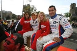 Stéphane Ortelli and Soheil Ayari decide to take the car with the Hawaiian Tropic girls