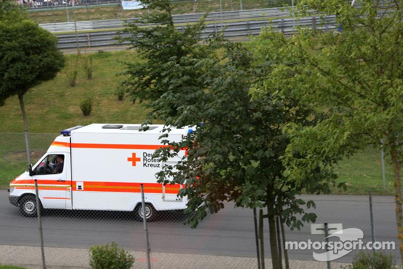 Льюіс Хемілтон, McLaren Mercedes, у машині швидкої допомоги
