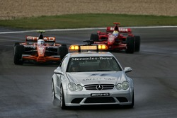 Markus Winkelhock, Spyker F1 Team, F8-VII y Kimi Raikkonen, Scuderia Ferrari, F2007 detrás del coche de seguridad