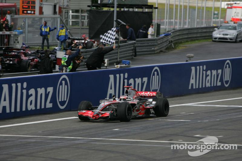 Фернандо Алонсо фінішує і виграє гонку