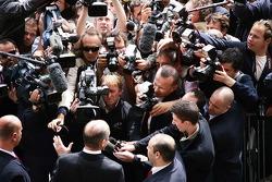 Ron Dennis, Presidente de McLaren y director del equipo habla con los reporteros fuera de la sede de la FIA