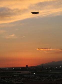 Le soleil se couche sur le California Speedway