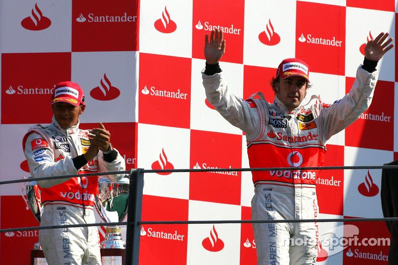 Podium: race winner Fernando Alonso and Lewis Hamilton