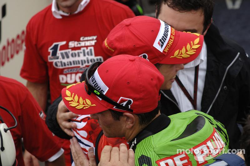 Чемпіон MotoGP 2007 Кейсі Стоунер святкує разом із Ренді де Пюньє