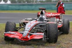 Lewis Hamilton, McLaren Mercedes estacionado en el lado de la pista con los neumáticos muy gastados