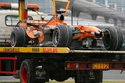 El auto de Adrian Sutil, Spyker F1 Team, después de que se estrelló durante la carrera