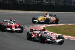 Anthony Davidson, Super Aguri F1 Team, SA07 leads Ralf Schumacher, Toyota Racing, TF107