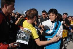 Shinya Nakano with fans