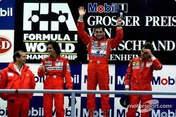 Podium: El ganador de la carrera, Ayrton Senna con Alain Prost y Gerhard Berger
