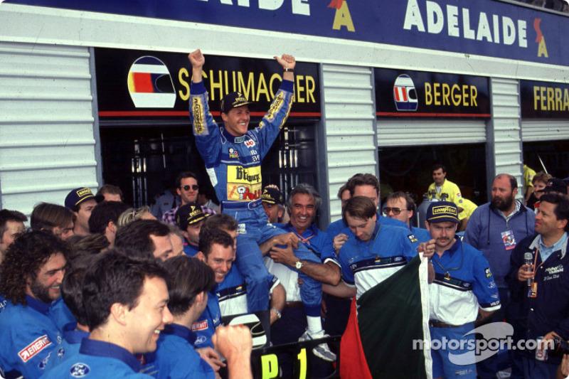 1994 Formule 1 wereldkampioen Michael Schumacher viert feest met zijn team